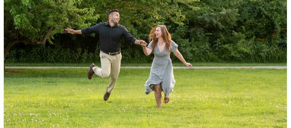 funny+couple+running+through+a+field