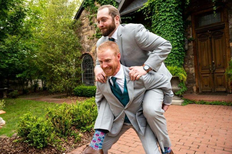 groom-piggy-back-ride