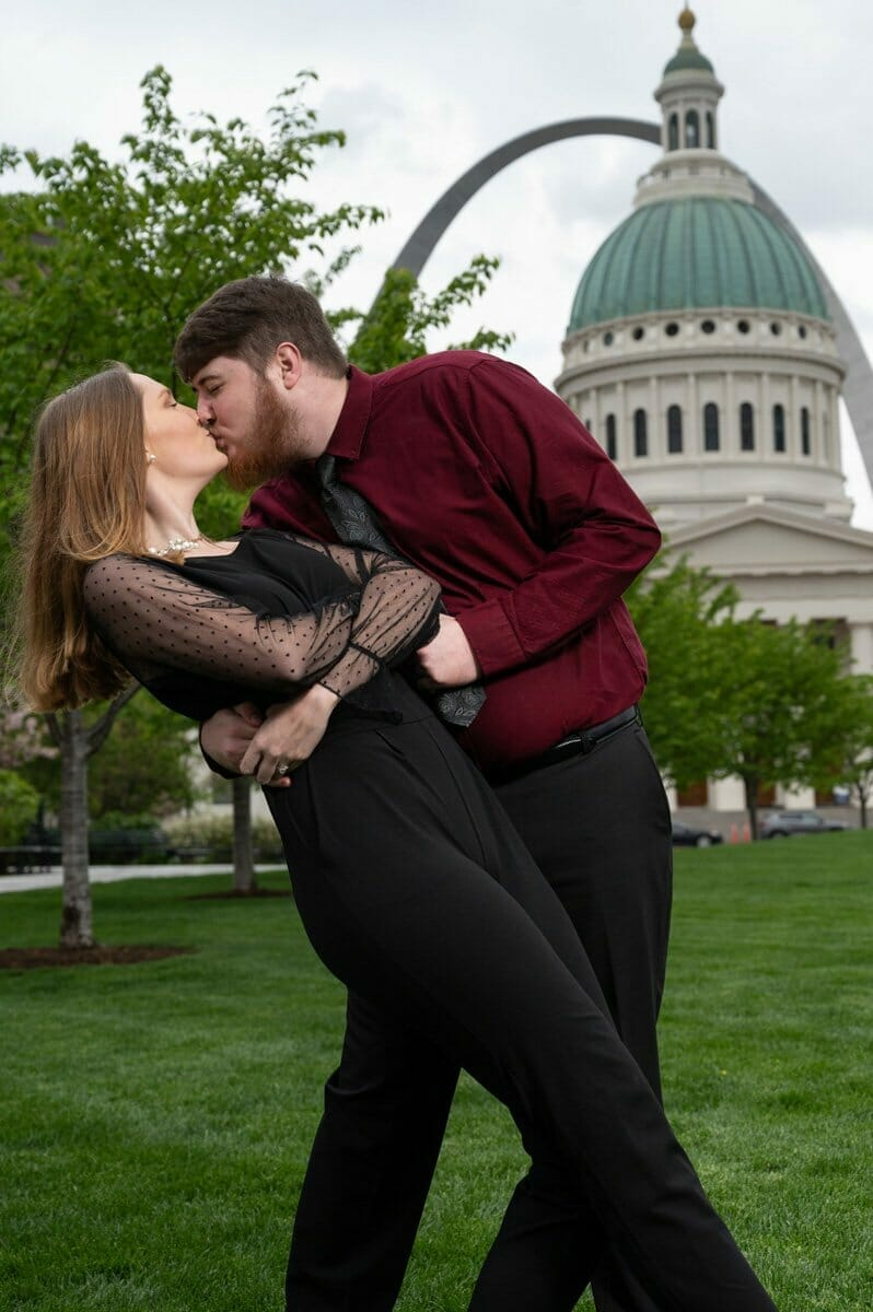 couple dipping in front of St. Louis gateway Arch
